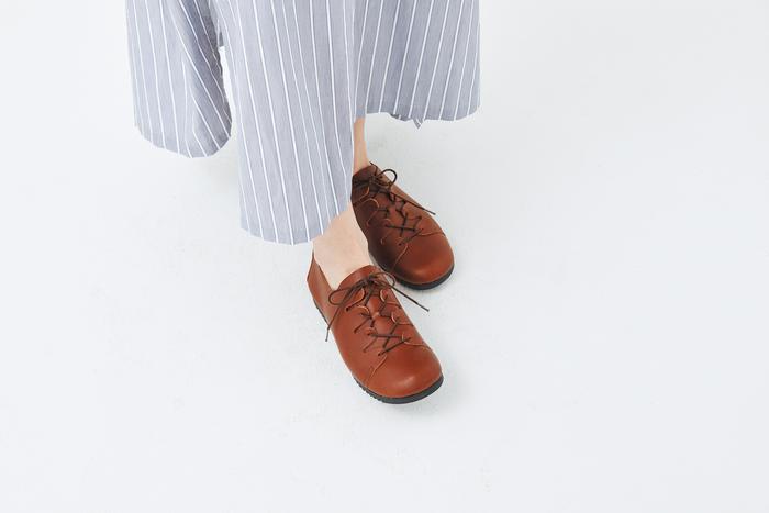 ユニークなレースアップのデザインが目をひく靴も、実はマニッシュにもガーリーにも合わせやすい優れもの。靴下やタイツとの組み合わせも楽しめて、オールシーズン活躍します。こちらもソールは疲れにくい工夫がされているので、たくさん歩くお出かけや旅行に重宝しそうです。