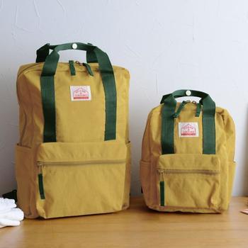 大きい方は13L、小さい方は5L。手持ちのベルトがついているので、背負うのに疲れたらバッグスタイルで持つこともできます。すこしくすんだようなマスタード色がお洒落です。
