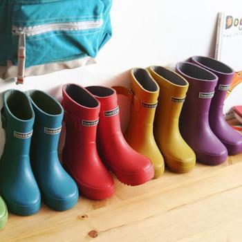 思い切り水たまりで遊ぶためには長靴は必須!中敷きが取り外せるので、汚れても洗いやすいですね。