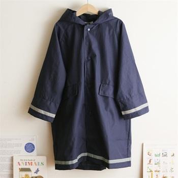 学校にも使えるシックなレインコートには、反射テープがついて暗い雨の日でも安心です。袖口が二重構造になっていて、傘を持つ袖口も濡れません。