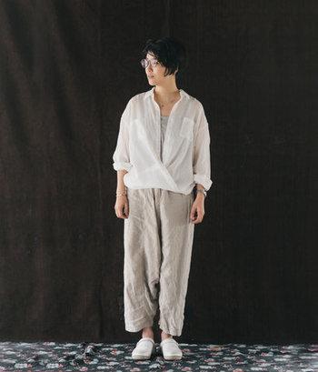 細めの糸で織り上げた素材なので薄くて軽やか。暑い夏でも直射日光を防いで涼しく着こなせそうですね。