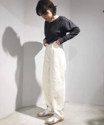 全体的に抜け感のある、ゆったりとしたシンプルなモノトーンコーデ。白いデニムを選ぶことで、ぐんと爽やかな装いになりますね。
