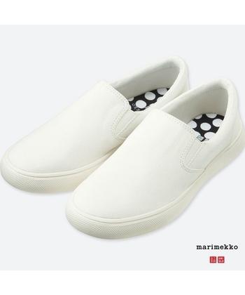 靴もユニクロで購入できます。シンプルなスニーカーは動きやすいので、スポーツを始めたばかりの人におすすめ。こちらはマリメッコとのコラボ商品で、インソールの水玉がさりげなくておしゃれ! また、気軽に履けるサンダルもありますよ。