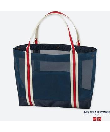 着替えを入れるのに最適なメッシュバッグもユニクロで。その他、サングラスやキャップ、手袋といったスポーツに必要なアイテムも揃います。