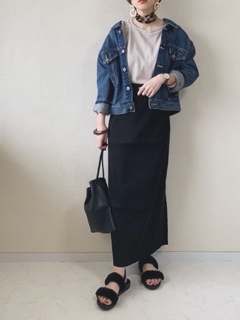 黒のナロースカートに、Gジャンを羽織った大人カジュアルコーデ。ビッグシルエットの上着とスカートのタイトなバランスが◎足元のコンフォートサンダルで、決めすぎず上手く抜け感を作っています。