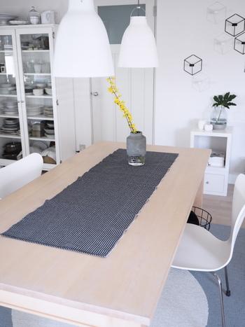 小さなお子さんがいるおうちではテーブルランナーを左右に垂らしておくと引っ張ってしまい、危険な場合もあります。そういうときは、テーブルよりも短いサイズのものをチョイスするといいですね。