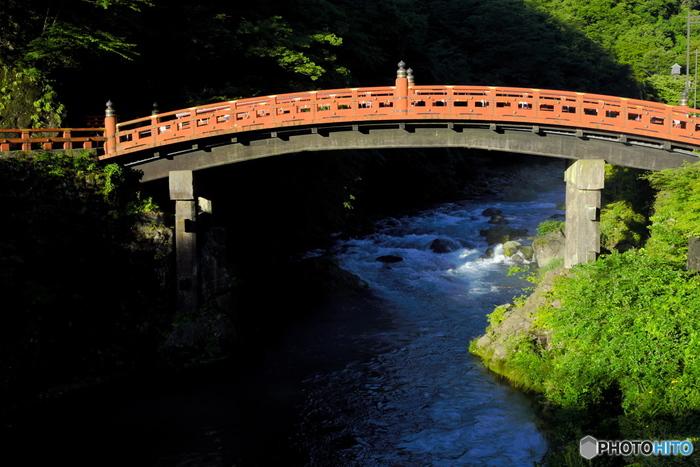 輪王寺から20分ほど歩くと見えてくる「神橋」は、二荒山神社(ふたらさんじんじゃ)の建造物で、日光の表玄関を飾るにふさわしい朱色が特徴的です。日本三大奇橋のひとつで、こちらも1999年(平成11年)に世界遺産に登録されました。