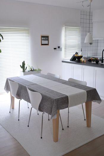 全体にテーブルクロスを敷き、その上にアクセントのように別の色のテーブルランナーをかけるのも素敵。椅子と色味をコーディネートしてみるのもいいですね。