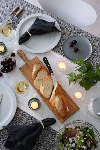 ホームパーティーでいつもよりも凝ったテーブルセッティングをしたいときに、テーブルランナーはとても重要。テーブルクロスの上にランナーを敷いて、カラーコーディネートも楽しんでみましょう。