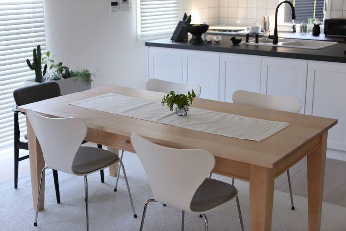 テーブルランナーの端を垂らさないアレンジには、小さな花器がよく似合います。まるでモデルルームのように整えられた印象を受けますね。