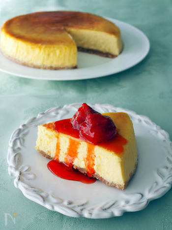 ニューヨークチーズケーキって難しそう!と思う方もいるかもしれませんが、基本の工程はベイクドチーズケーキとあまり変わりません。オーブンで焼く際に湯せん焼きをすることが大きな違いです。しっとり食感が好きな方は是非。