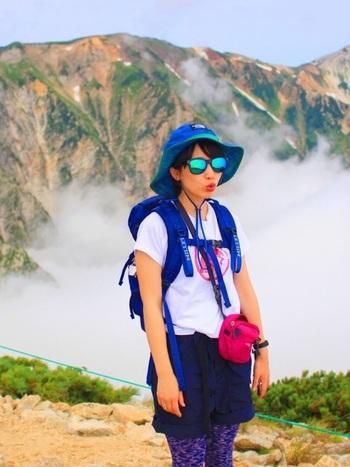 耐久撥水仕様の短パンは、登山にぴったりのアイテムです。登山では気温や天候が変化しやすいので、機能性の高いアイテムがおすすめ。
