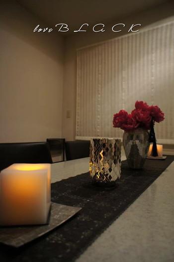 夜のテーブルアレンジにも、テーブルランナーは使えます。キャンドルをテーブルランナーの上に置いて、バーのような空間に。