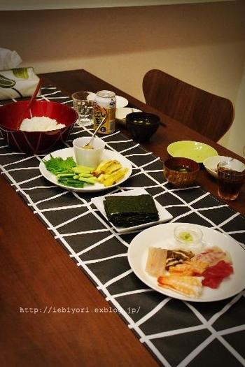 幾何学模様のモノトーンのテーブルランナーは和食にもよく合います。はじめてのテーブルランナーで色味に迷ったら、まずはモノトーンをチョイスしてみると案外、なんにでもしっくりときます。