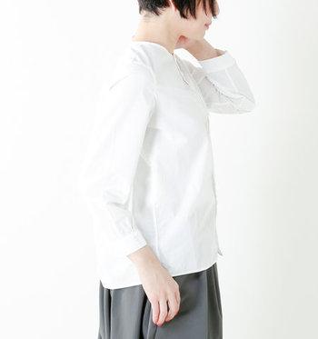 綿100%でさらりとした着心地。ボトムスにインするのはもちろん、アウトにしてもすっきり着こなせます。