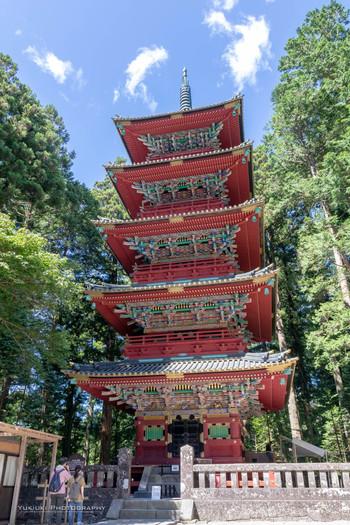 """東照宮の中にある高さは36mの五重塔も見ごたえがあります。極彩色の美しさは""""日本一華麗な五重塔""""と言わるほど。最初の五重塔は、1650年(慶安3年)に創建されましたが、焼失してしまい、1818年(文政元年)に再建されたものが今も残っています。"""