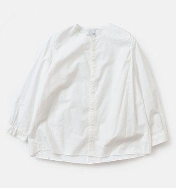 首元の詰まったノーカラーのシンプルなシャツ。オールシーズン着回せて、コーディネートで大活躍しそう。