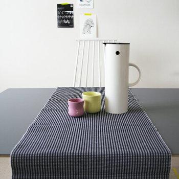 細いストライプのテーブルランナーは、テーブルの空間を区切るのが上手です。テーブルの上が立体的にアレンジできるようになりました。
