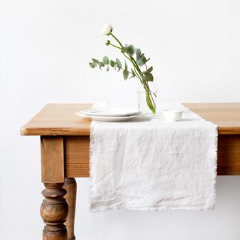 リネンは独特の風合いがあり、そこにあるだけで爽やかな風を感じさせてくれます。素朴でナチュラルテイストのテーブルコーディネートにぴったりです。