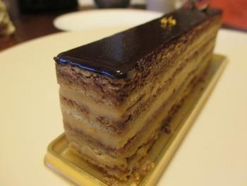 フランスの最高級発酵バターを練り込んだコーヒークリームとチョコレートクリーム、スポンジ生地を幾重にも重ねた『オペラジャパン』は。↓↓