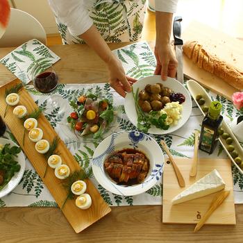 葉っぱ柄のテーブルランナーはナチュラルにグリーンを補ってくれる重宝アイテムです。爽やかに食欲をそそる背景を作り出してくれます。