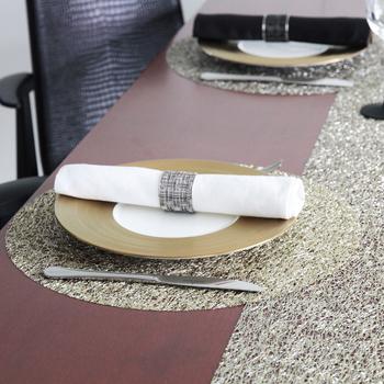 ビニル素材の糸を使ったテーブルランナーはなにかをこぼしても、さっとふき取ることができ、衛生的に保つことができるというのが一番の特徴です。食卓では衛生的であることは、とても大切なことのひとつですよね。