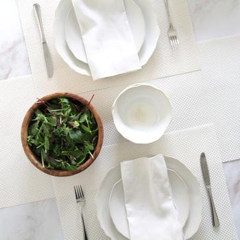 ベーシックな織りで均一感を出した白いテーブルランナーは、ランチョンマットとお揃いで使うと全体の統一感が生まれます。汚してしまいそうでなかなか使えない真っ白のテーブルランナーですが、ビニル素材のものなら、水で洗うこともできるので安心ですね。