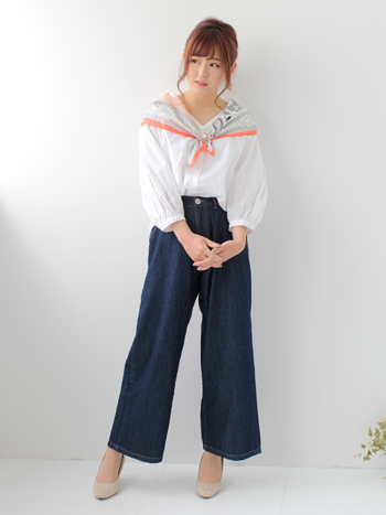 白シャツにネイビーのパンツのシンプルなスタイルに、アクセントとしてレトロな柄のスカーフを合わせて。