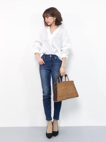 ゆったりシルエットのスタイルが流行している中、こんなスリムなスタイルはかえって新鮮ですね。細身のデニムを合わせてすっきり見せます。