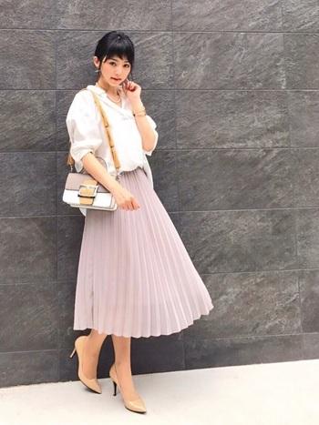 うすピンクのプリーツスカートでエレガントな印象に。かっちりとしたバッグとパンプスを合わせて、デートにもピッタリなコーデに。