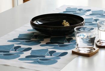 こちらは実は漢字をアーティスティックに象った柄の手ぬぐいをテーブルランナーとして使ったもの。長さのある手ぬぐいはテーブルランナーとしても活用できるんですね。