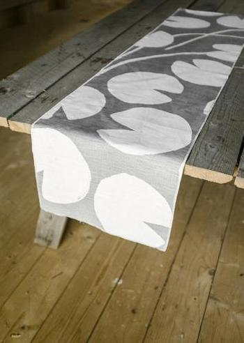 シンプルなデザインながら、北欧らしい味わいが感じられるスウェーデン製のテーブルランナー。ざっくりとした木目のテーブルに敷きこむと、温もりのある穏やかな空間が生まれます。