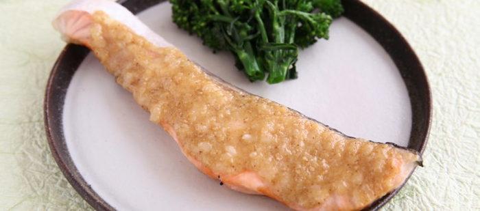 こちらは、甘酒をごまだれに使うアイデア。グリルで焼いた鮭に、甘酒や味噌などを加えたごまだれをたっぷりのせていただきます。見た目はシンプルですが、滋味深いお料理です。