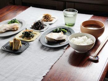 難しそうに思えるテーブルランナーも一度使ってみると、案外気軽に使えるものだと気付くはず。おうちでのお食事がもっともっと楽しくなるような、アイデアに満ちたテーブルセッティングをしてみたいものですね。ぜひ、テーブルランナーを使って豊かな食卓を実現してみてくださいね♪