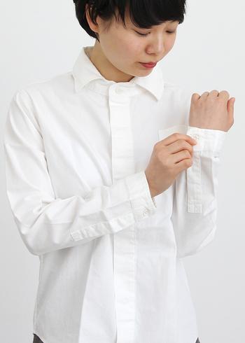時代や性別を問わず愛されてきた永遠の定番アイテム「白シャツ」。きっとだれもがワードローブに一枚は持っているのではないでしょうか?