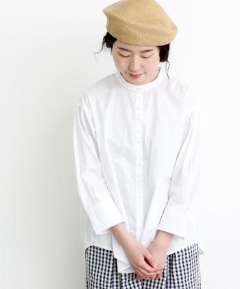 定番のシャツに加えて持っておきたい、スタンドカラーの白シャツ。手首が見える八分袖がどこか女性らしい印象です。