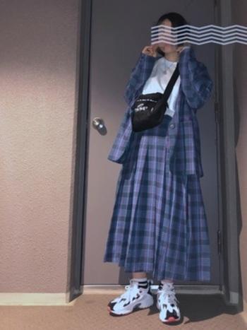 鮮やかなブロックチェック柄が目を惹くテーラードジャケットとプリーツスカートのセットアップ。スニーカーと合わせてマニッシュなスタイルをしてみませんか?