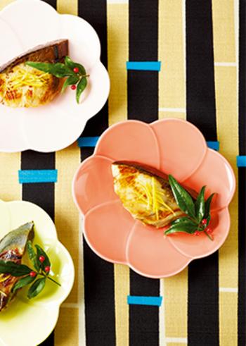 甘酒漬けは、魚にもおすすめ。こちらは、甘酒と塩麹を重ね使いしたタレにブリを漬け込んで焼く、うまみ満点のメインおかず。ブリのおいしさが存分に引き出され、柚子の香りも上品な爽やかさを添えてくれます。