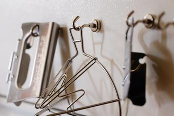 冷蔵庫に貼って、キッチンツールをぶら下げるのもアイデアです。パッと手に取れるのが嬉しい。