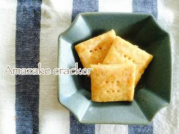 甘酒を使った自然な味わいのシンプルクラッカー。クリームチーズやオードブルなどをのせて食べるのもおしゃれ。全粒粉などをブレンドするのもいいですね。