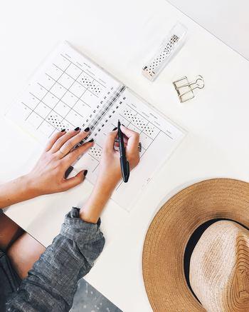 手書きをする際は、時間を決めることです。ダラダラと書いていると、またネガティブに引き戻されかねません。そのためにも、時間を決めて書く「ジャーナリング」が適しています。 とにかく10分間書き出す、あるいは解決策を1時間考えてみる。ある程度時間を区切ったほうが、手書きの効果が増します。