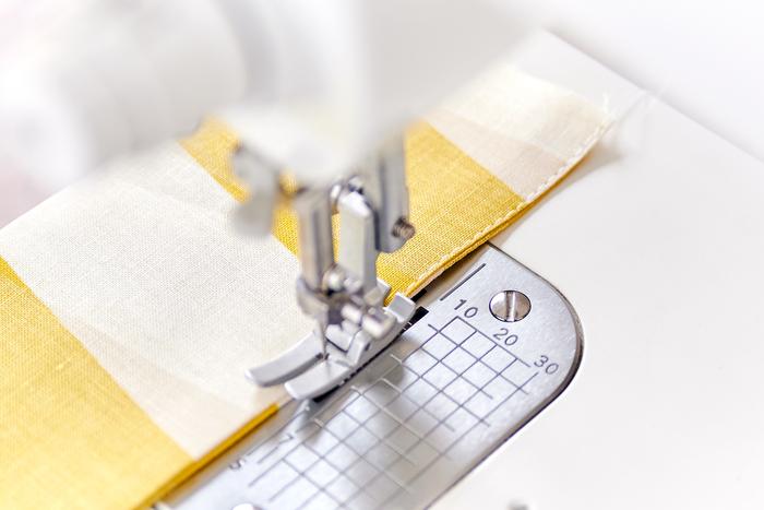 折った両端をミシンで縫います。