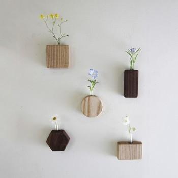 木製の枠に、試験官が埋め込まれたフラワーベースです。マグネットが付いているので、冷蔵庫や窓枠にペタリと貼り付けることができます。強力なマグネットなので、壁に刺した画びょうに付けることも可能です。