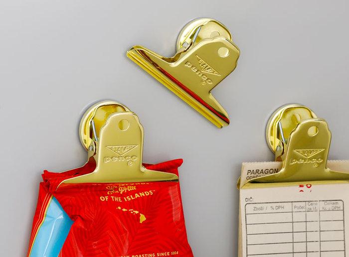 メモなどのペーパーを挟んで管理するほか、コーヒーやお茶などの袋を閉じて管理するのもアイデアです。