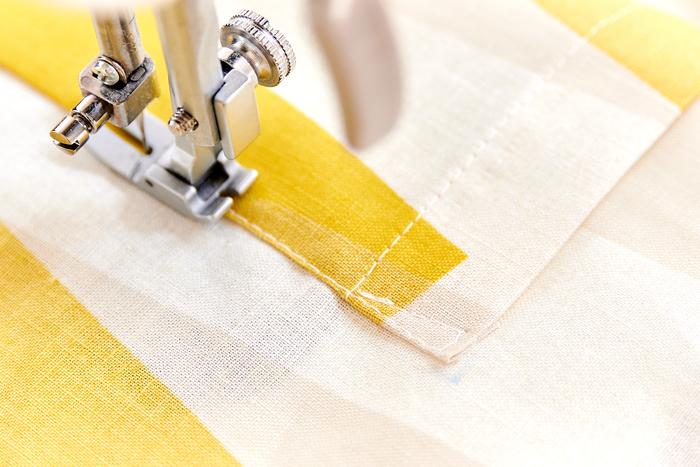 ポケット付け位置を補強のために△に縫い、ポケットを縫い付けます。