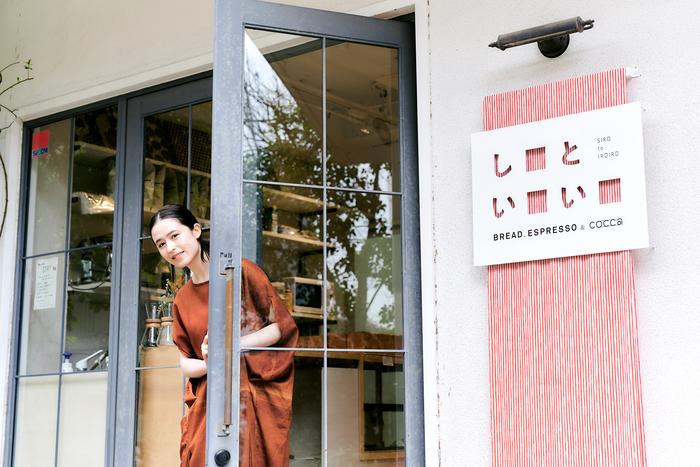 お店の入り口を入ると、おいしいパンやドリンクを販売しています。