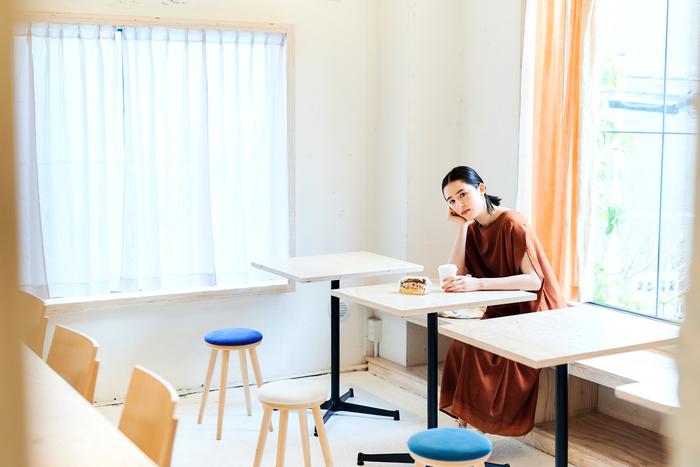 2階では1階で購入したパンやコーヒーをいただくことができます。インテリアに使われているテキスタイルは、もちろんcoccaのもの。カーテンには新作生地が使われているので、インテリアの参考にもなりそう。 パンと布、「衣食」なコラボを味わえるスペースです。