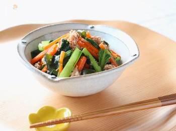 ツナと小松菜の和え物に、甘酒を使用。お酢が苦手な方も、甘酒の自然な甘みが加わることで、とても食べやすく感じるはずです。ツナのうまみもよく調和し、どんどん食べ進むことができます。
