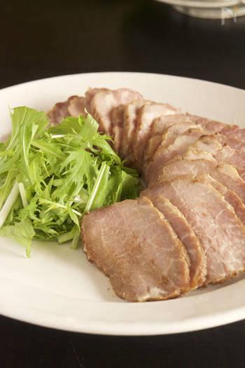 味噌と甘酒などに漬け込んで半日から2日ほど寝かし、あとはオーブンで焼くだけ。常温に戻してから焼くのが、生焼けにならないコツだとか。しっとり味わい深い焼豚です。