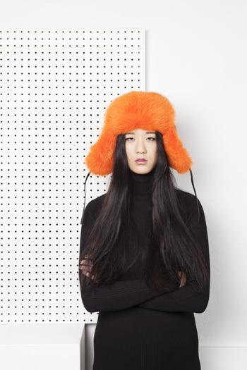 ブランドの原点であるファーの小物は、毎シーズン欠かさずコレクションに登場します。  冬の寒さが厳しいフィンランドの気候ならではの、寒さをファッションの1つとして楽しんでいる姿が感じられます。